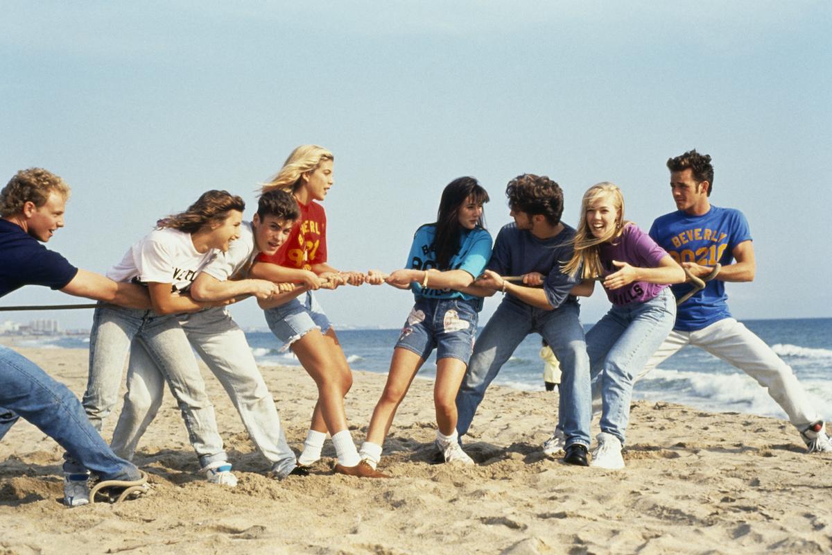 Beverly Hills, 90210 cast Ian Ziering, Gabrielle Carteris, Brian Austin Green, Tori Spelling, Shannen Doherty, Jason Priestley, Jennie Garth, and Luke Perry play games on the beac