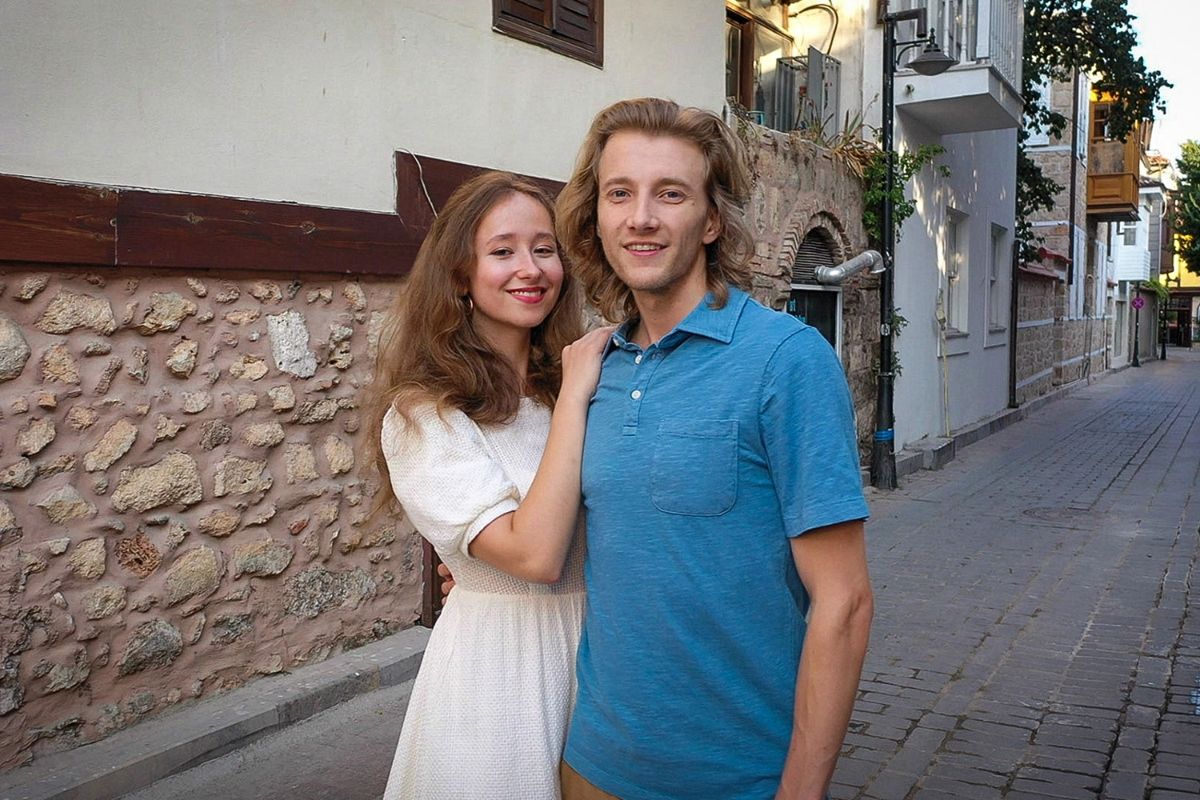 Alina and Steven post together in the street of Russia on '90 Day Fiancé: The Other Way'