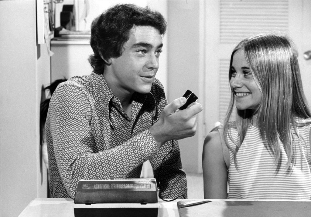 Barry Williams and Maureen McCormick on 'The Brady Bunch' in black and white