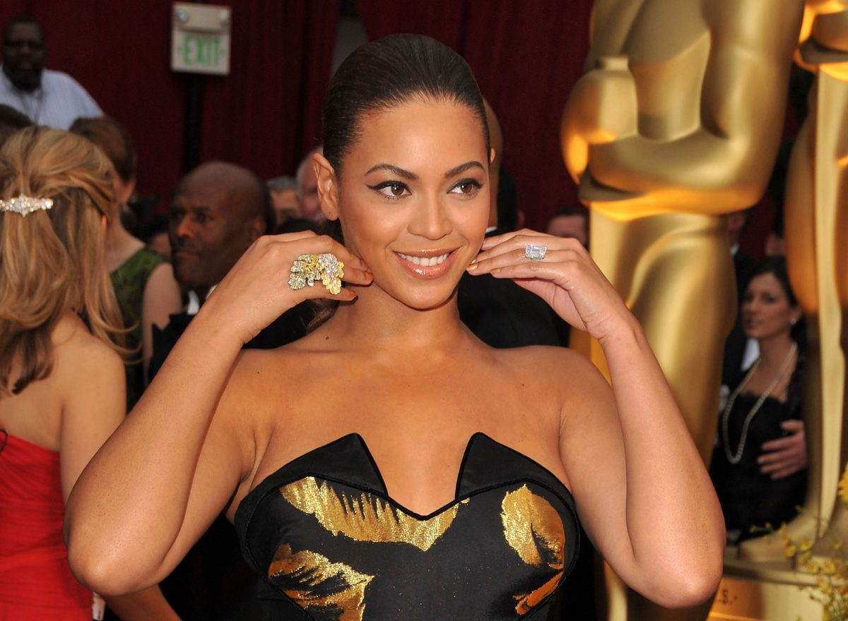 Beyoncé posing on the red carpet at the 81st Annual Academy Awards in 2009