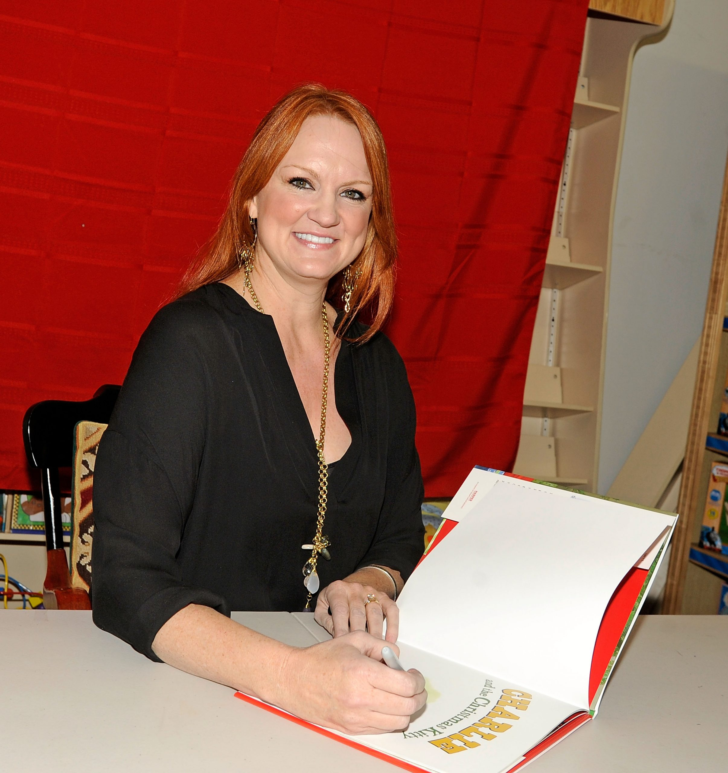 'The Pioneer Woman' Ree Drummond signs copies of her book 'Charlie and the Christmas Kitty'