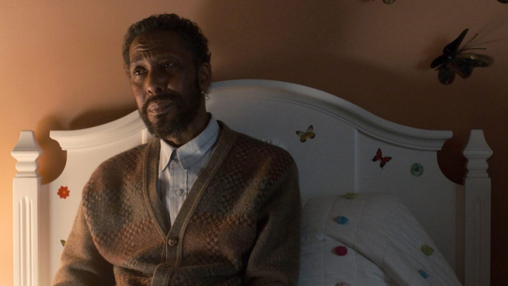 Ron Cephas Jones as William sitting up against a headboard on 'This is Us'