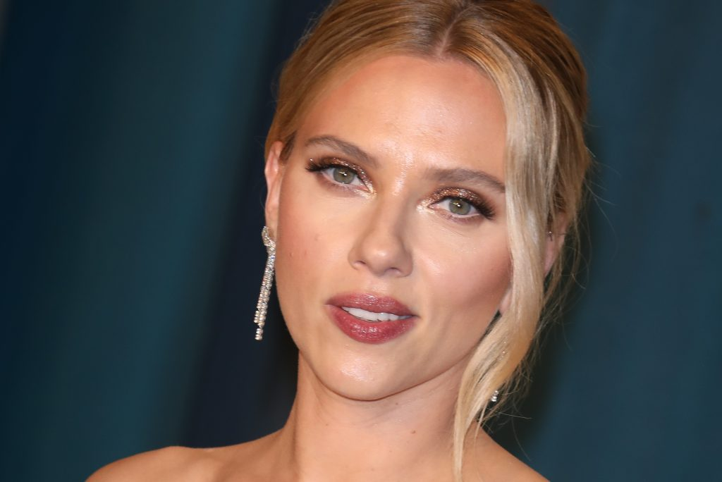 BEVERLY HILLS, CALIFORNIA - FEBRUARY 09: Scarlett Johansson attends the 2020 Vanity Fair Oscar Party at Wallis Annenberg Center for the Performing Arts on February 09, 2020 in Beverly Hills, California.