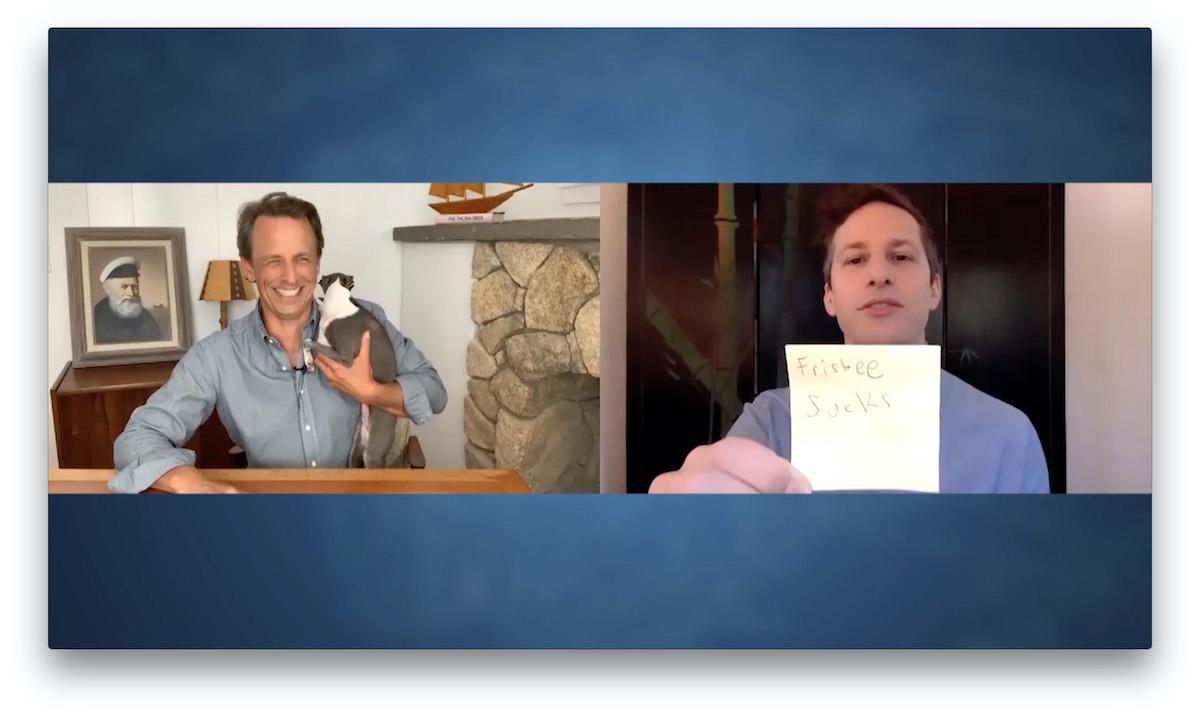 Presentatore Seth Meyers durante un'intervista con l'attore Andy Samberg
