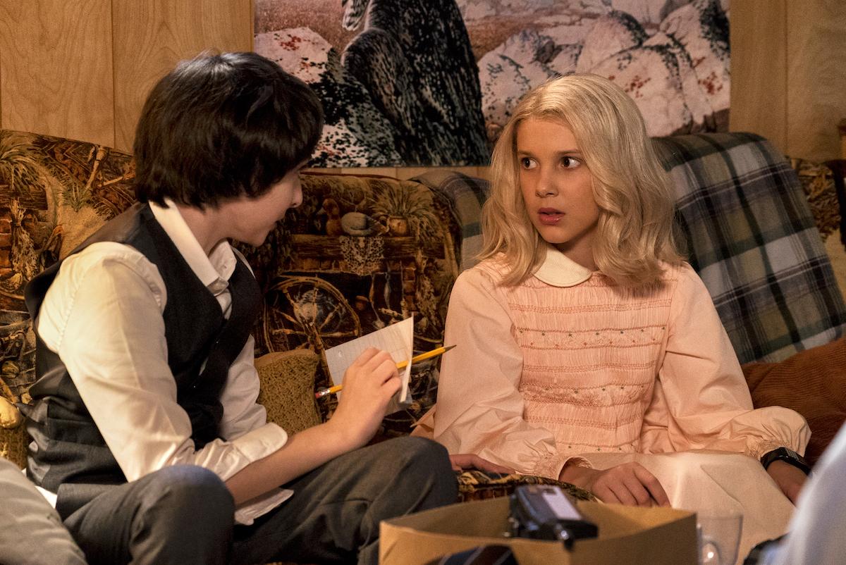 Mike mira a Once con un vestido rosa y una peluca en una producción fija