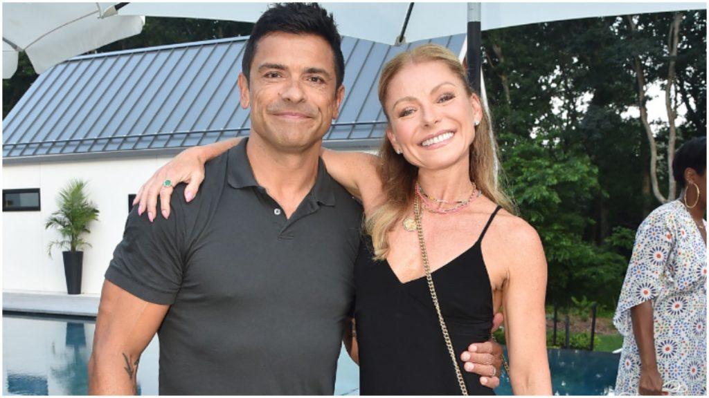 Kelly Ripa and Mark Consuelos pose for a 2021 photograph.
