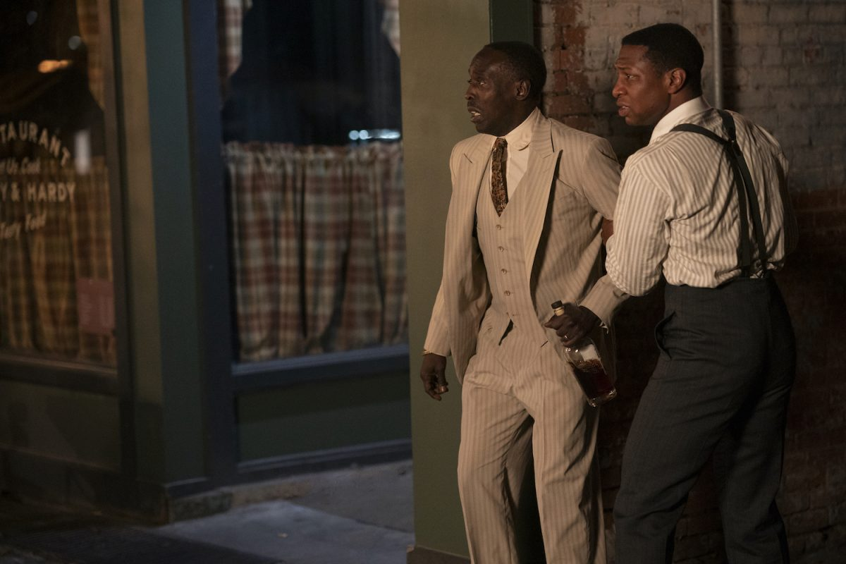 Jonathan Majors nắm tay Michael K. Williams tại Lovecraft Country