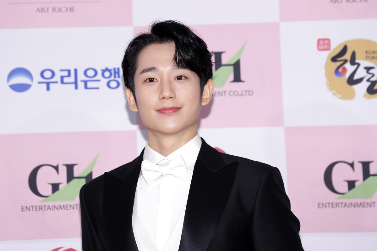 Jung Hae-In 'D.P.' Netflix K-drama wearing tux at awards show