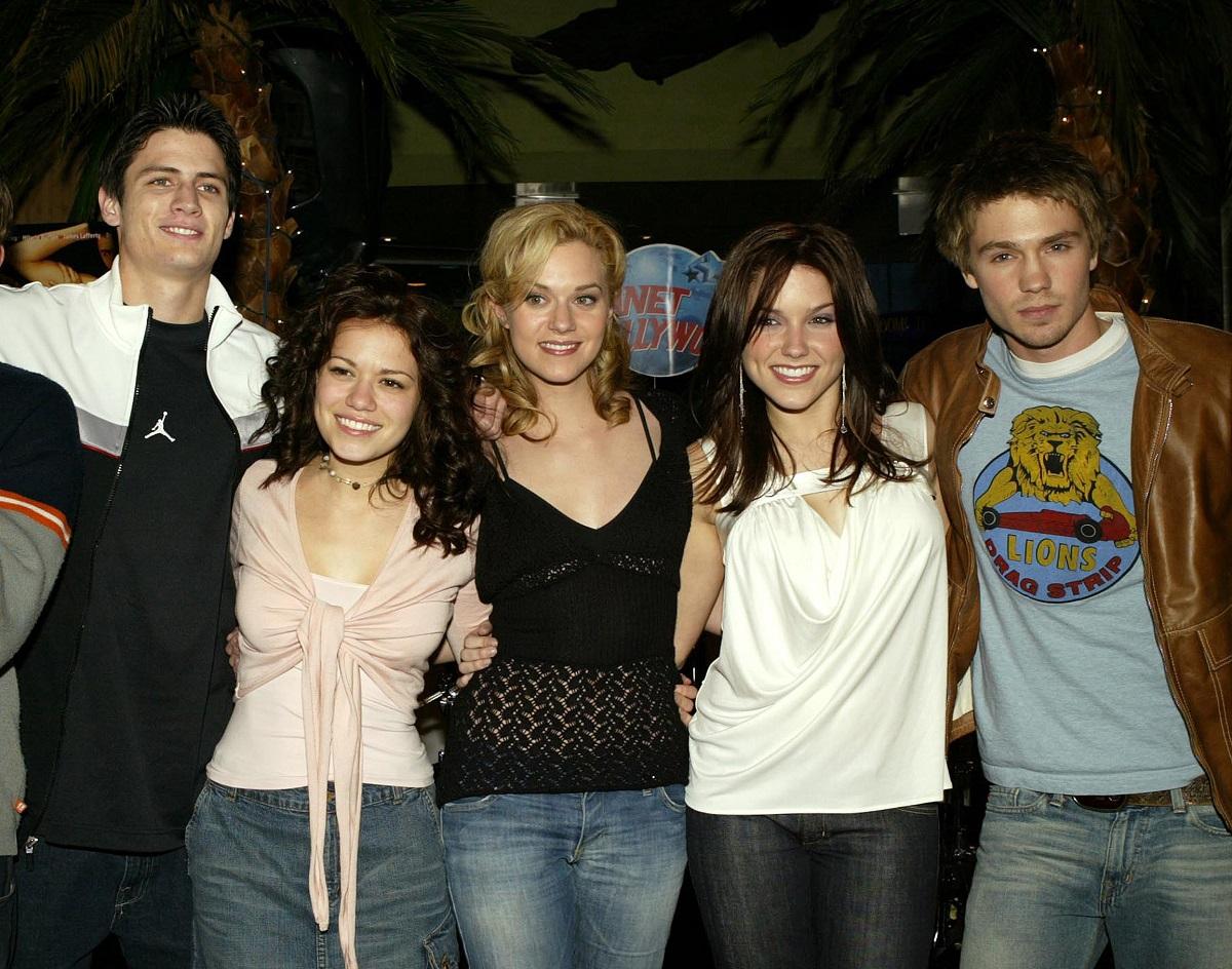 (L-R) 'One Tree Hill' cast James Lafferty, Bethany Joy Lenz, Hilarie Burton, Sophia Bush and Chad Michael Murray on January 16, 2004 in New York City.
