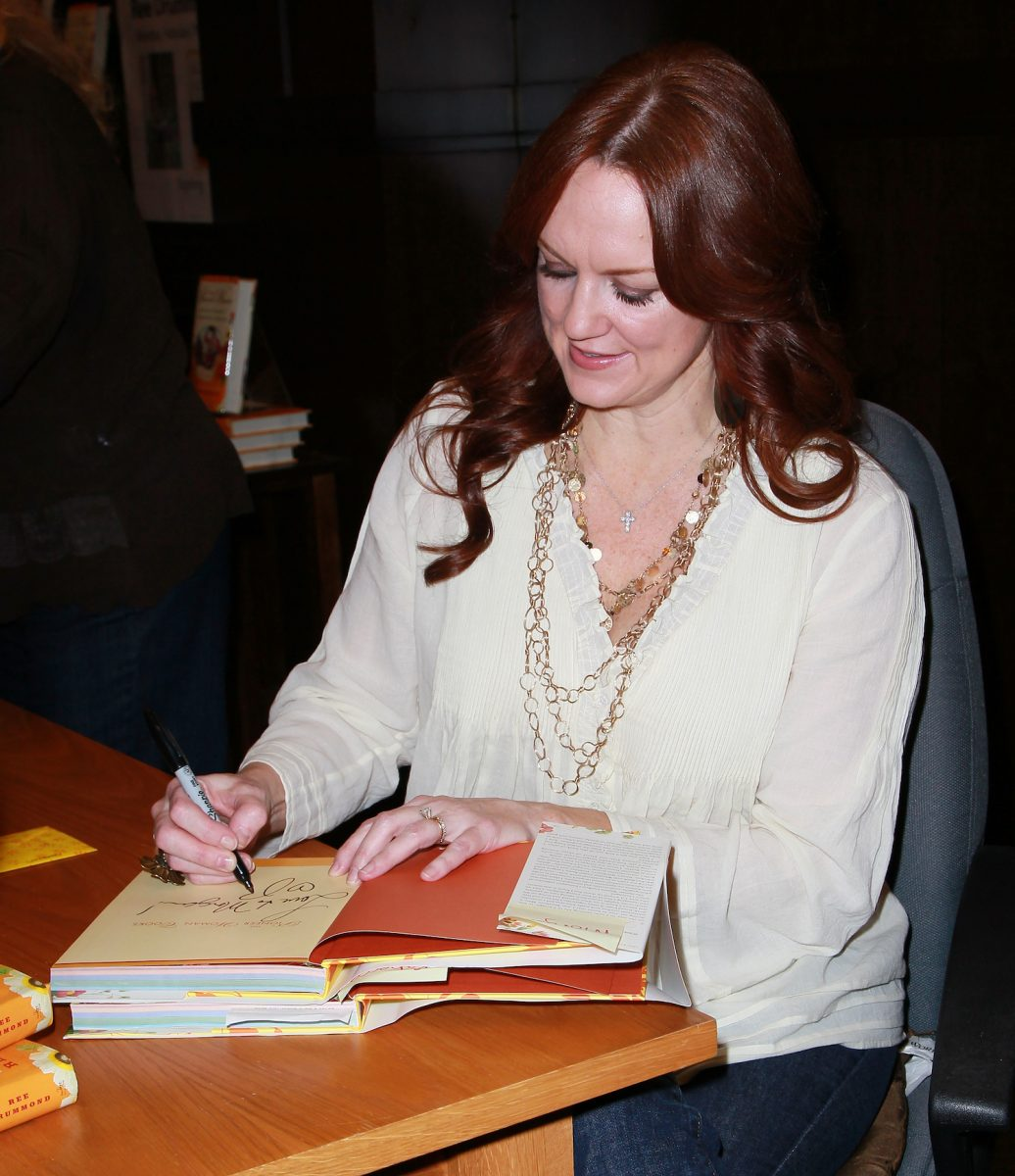 Ree Drummond signing a book in 2011