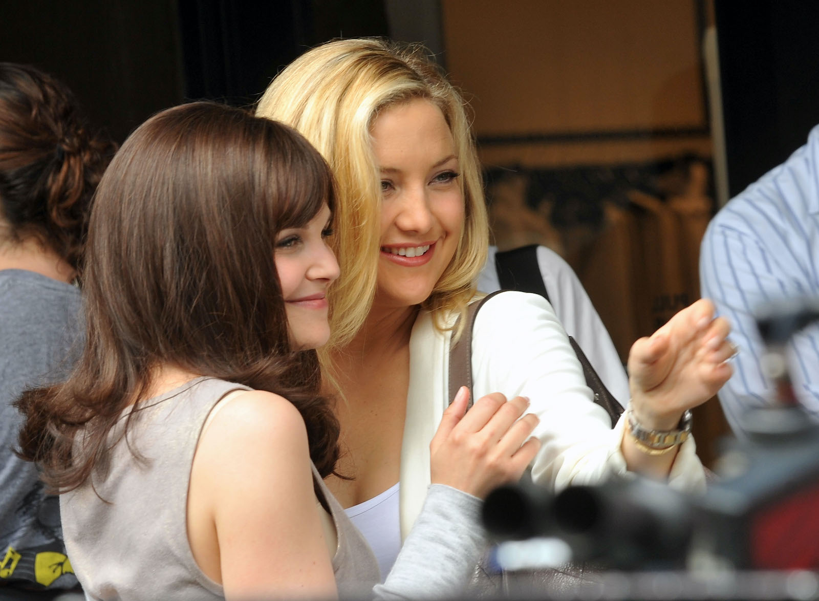 Something Borrowed actors Kate Hudson and Ginnifer Goodwin on set