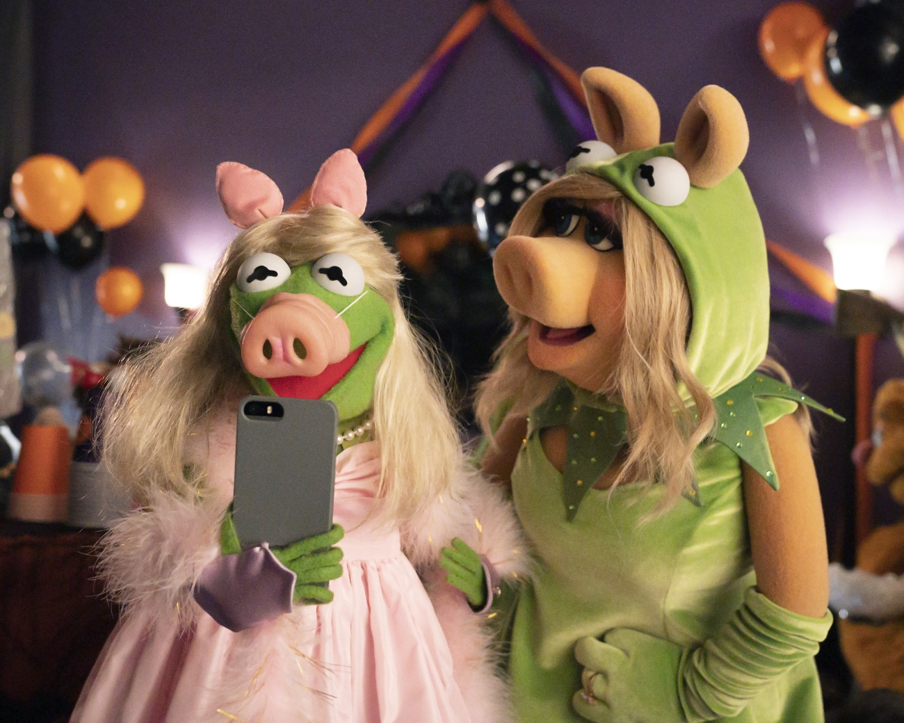 Kermit the frog and Miss Piggy in 'Muppets Haunted Mansion'
